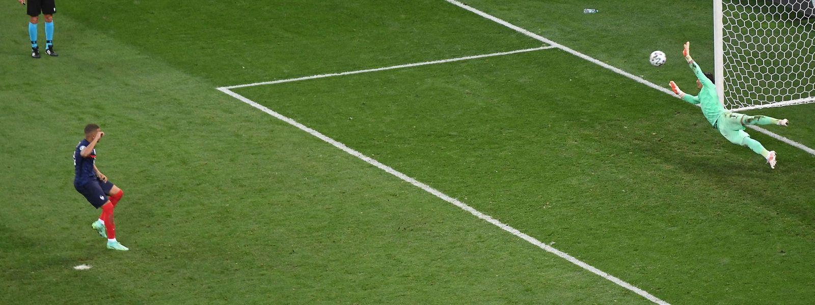 Torwart Yann Sommer hält den entscheidenden Elfmeter von Kylian Mbappé.