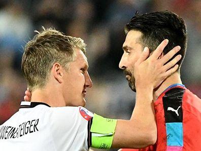 Das EM-Viertelfinale gegen Italien war Schweinsteigers letzter Sieg mit Deutschland. Hier tröstet er Torwart Gianluigi Buffon.
