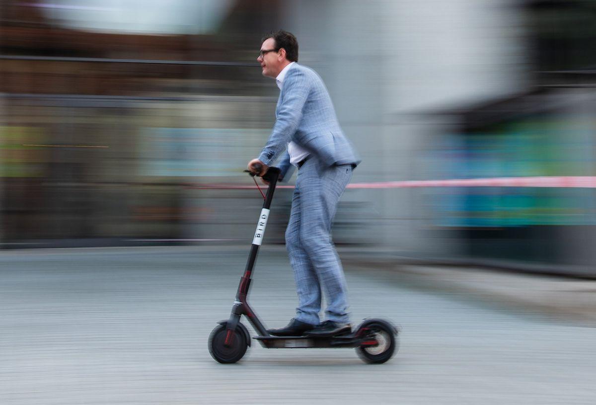 Elektro-Scooter sind praktisch und daher seit Jahren im Trend. Dennoch sie sind auch nicht ungefährlich.