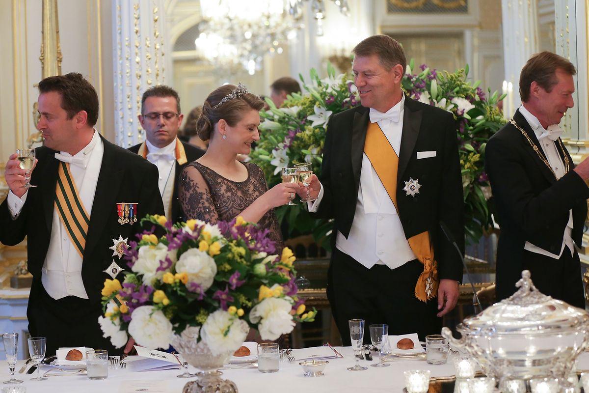 C'est la princesse Stéphanie qui avait trinqué avec le président roumain, aux côtés du Premier ministre, lors du dîner de gala, en l'absence de la grande-duchesse