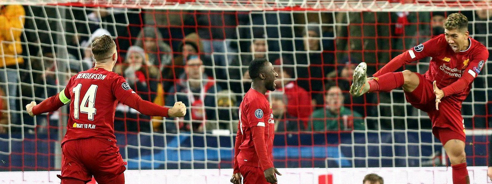 Naby Keita trifft zum erlösenden 1:0, Jordan Henderson (l.) und Roberto Firmino (r.) jubeln mit.