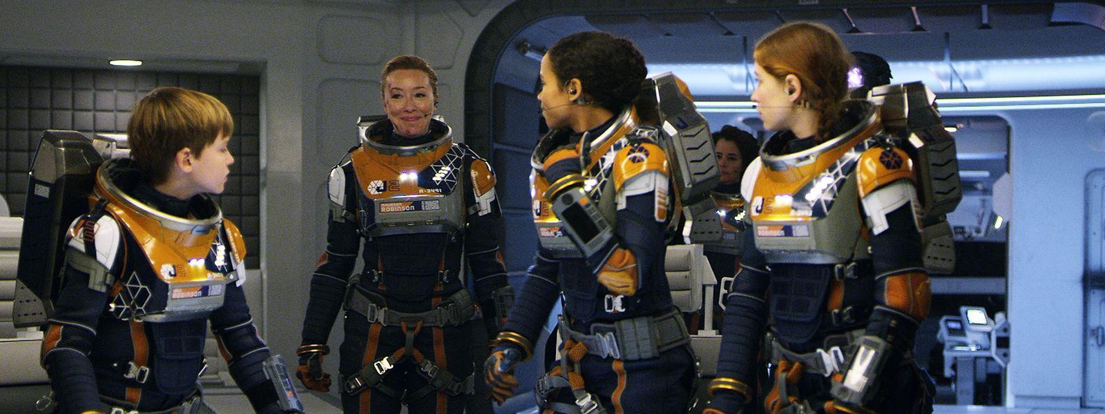 Maureen Robinson (Molly Parker) (2. v. l.) will ihrer Familie ein neuesLeben im Sternensystem Alpha Centauri ermöglichen.