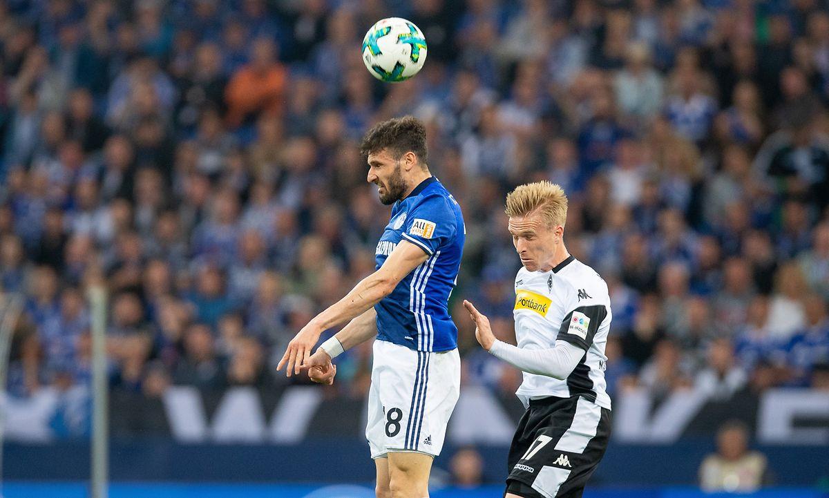 Trotz Unterzahl haben die Schalker um Daniel Caligiuri (l.) gegen Oscar Wendt und Co. noch ein Unentschieden erobert.