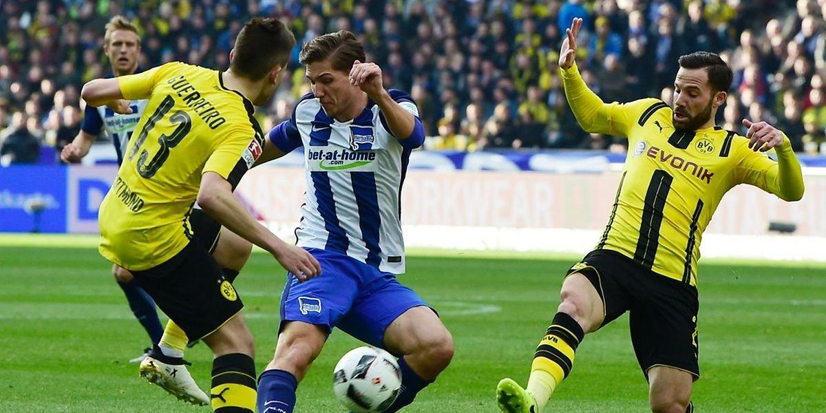 Niklas Stark und Hertha waren den Dortmundern mit Raphaël Guerreiro (l.) und Gonzalo Castro (r.) überlegen.