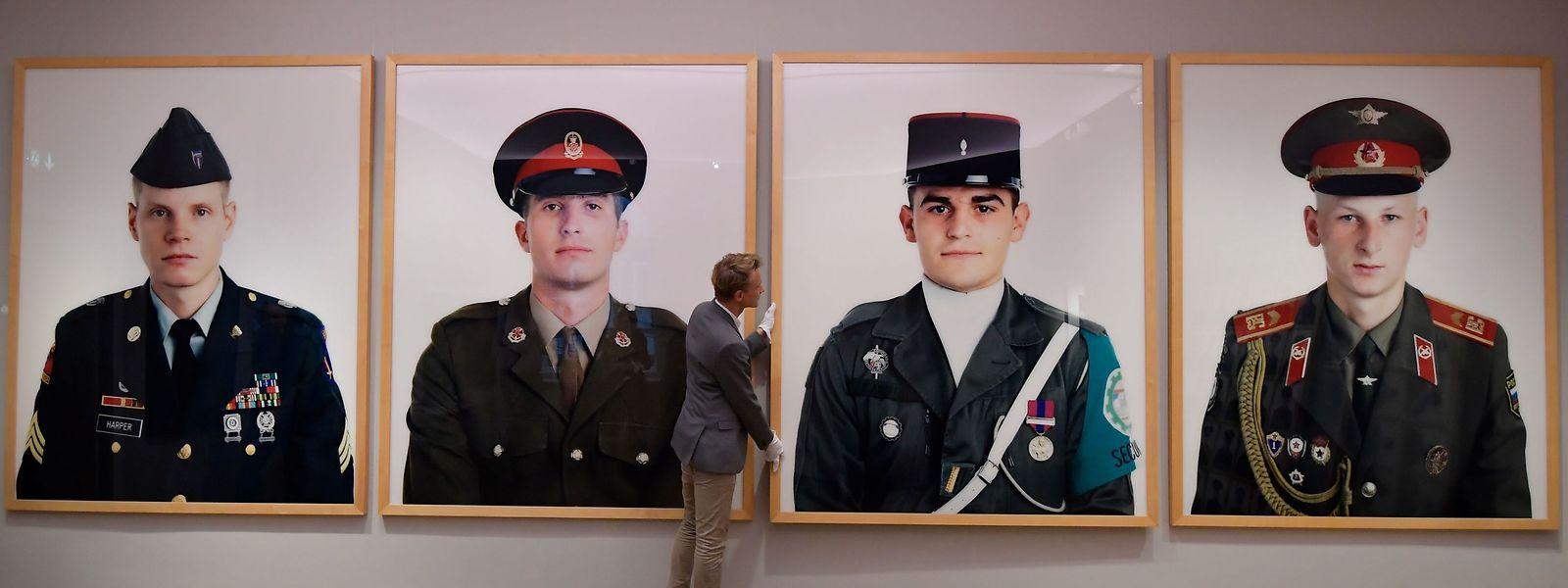 Les clichés iconiques des soldats de la guerre froide seront bientôt adjugés à Berlin au plus offrant.