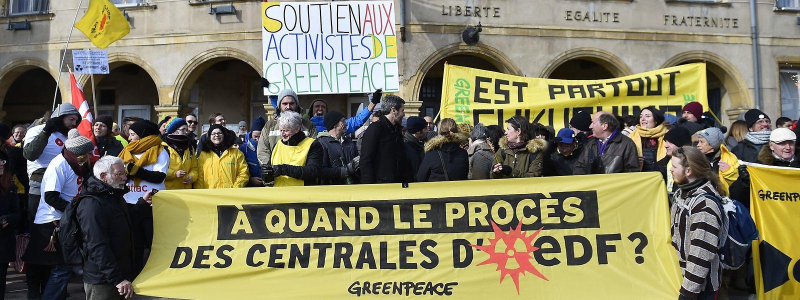 Vor dem Strafgericht in Thionville hatten sich etwa 140 Demonstranten eingefunden, um den acht Aktivisten von Greenpeace Unterstützung zuzusichern.