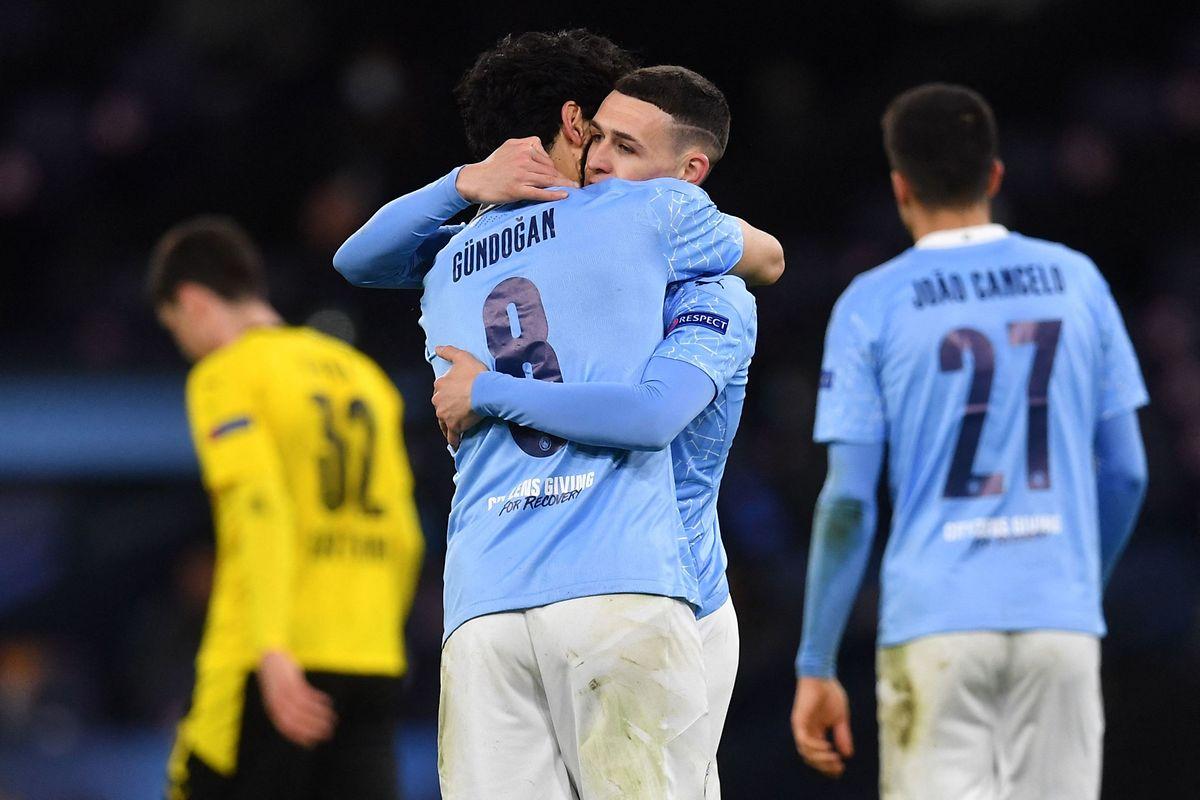 Manchester Citys Torschütze Phil Foden jubelt mit Ilkay Gündogan.