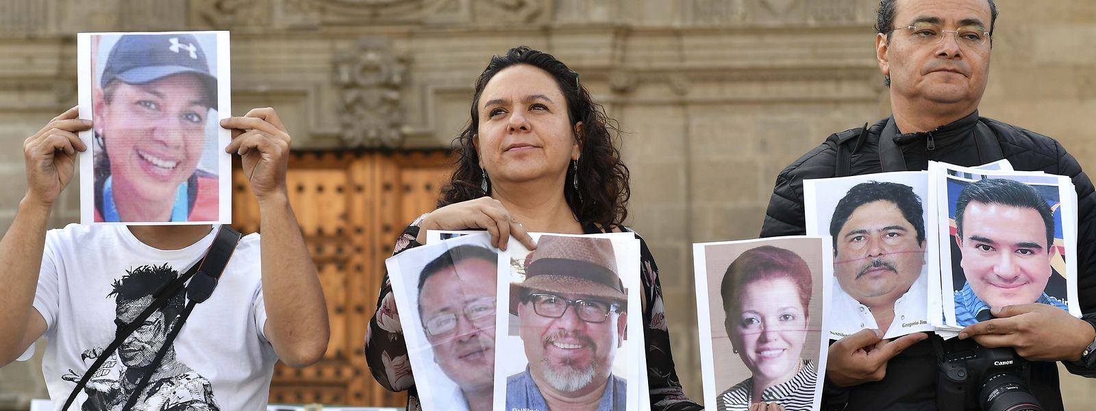Medienvertreter halten Bilder von Kollegen hoch, die entweder verschwunden sind oder ermordet wurden.