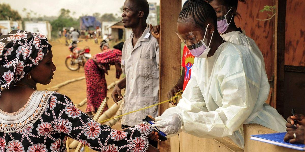 Un pays est déclaré exempt de transmission d'Ebola lorsque deux périodes de 21 jours se sont écoulées sans nouveau cas.
