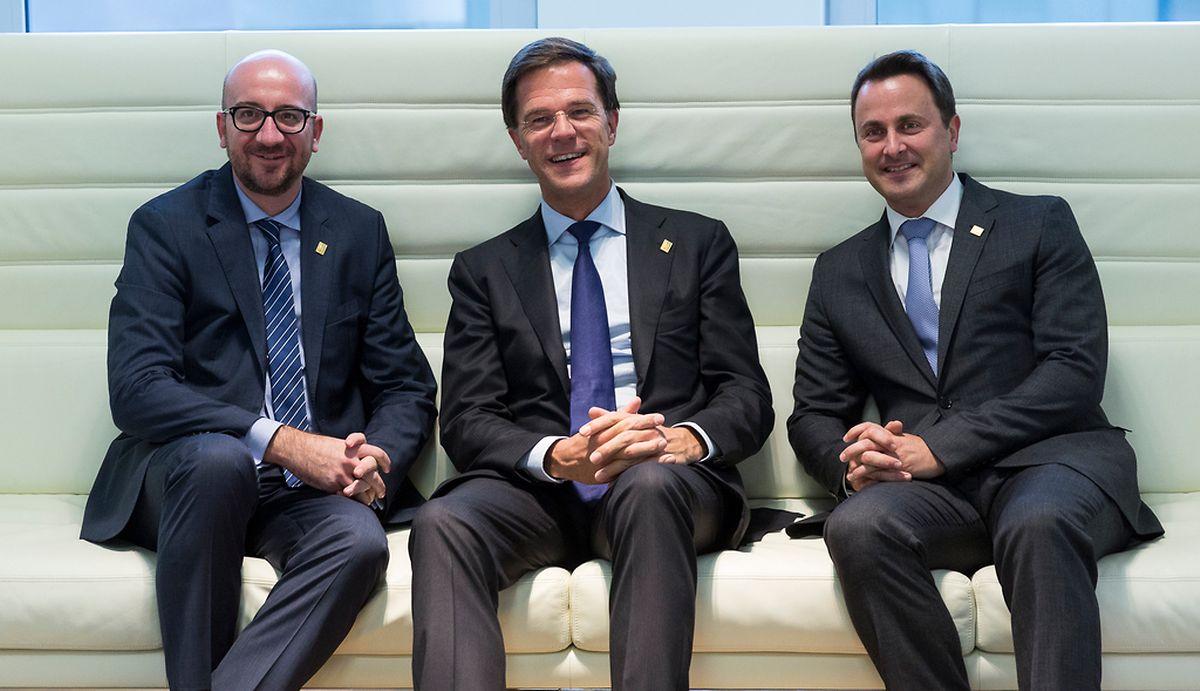 Xavier Bettel (r.) und sein niederländischer Amtskollege Mark Rutte begrüßten beim EU-Gipfel in ihrer Mitte den neuen belgischen Ministerpräsidenten Charles Michel.