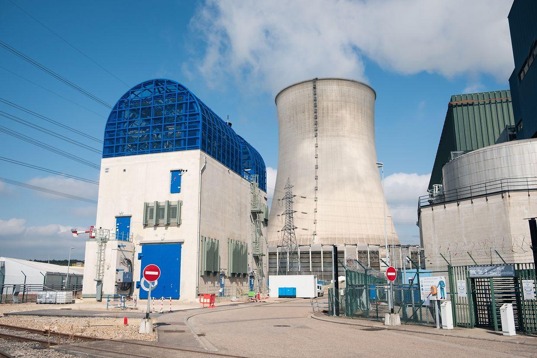Mehrere Post-Fukushima-Maßnahmen sind auf den ersten Blick zu erkennen. Für jeden Reaktor wurde etwa ein neue leistungsstarker und massiv abgesicherter Dieselgenerator (Gebäude mit blauen Elementen) errichtet.