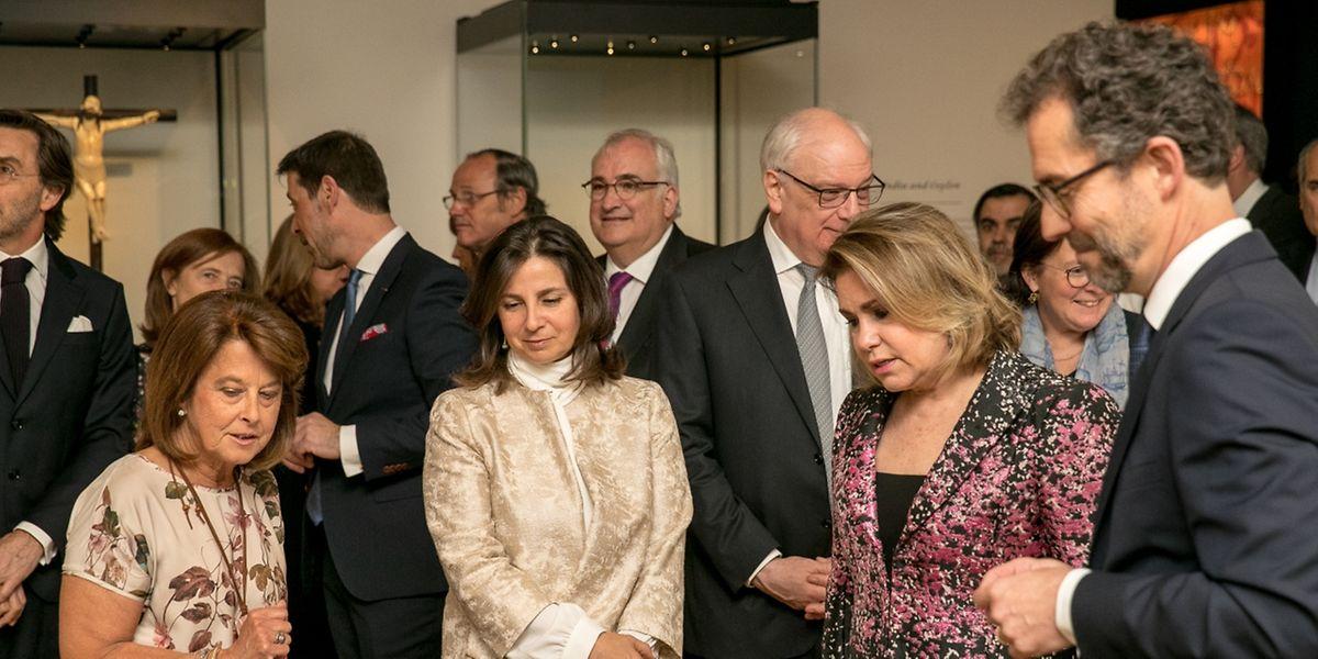 A grã-duquesa Maria Teresa (ao centro) com D. Isabel de Bragança (a segunda, a partir da esquerda) durante a visita à exposição, acompanhados por Michel Polfer, diretor do MNHA, e de Conceição Borges, comissária científica da mostra.