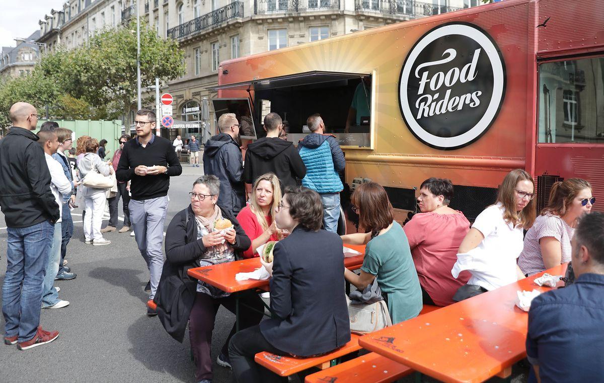 À quelques pas de la place de Paris, il était possible cette année d'acheter à manger dans l'un des nombreux food-trucks installés sur l'avenue de la Liberté. Pour l'occasion, la chaussée s'est transformée en restaurant.