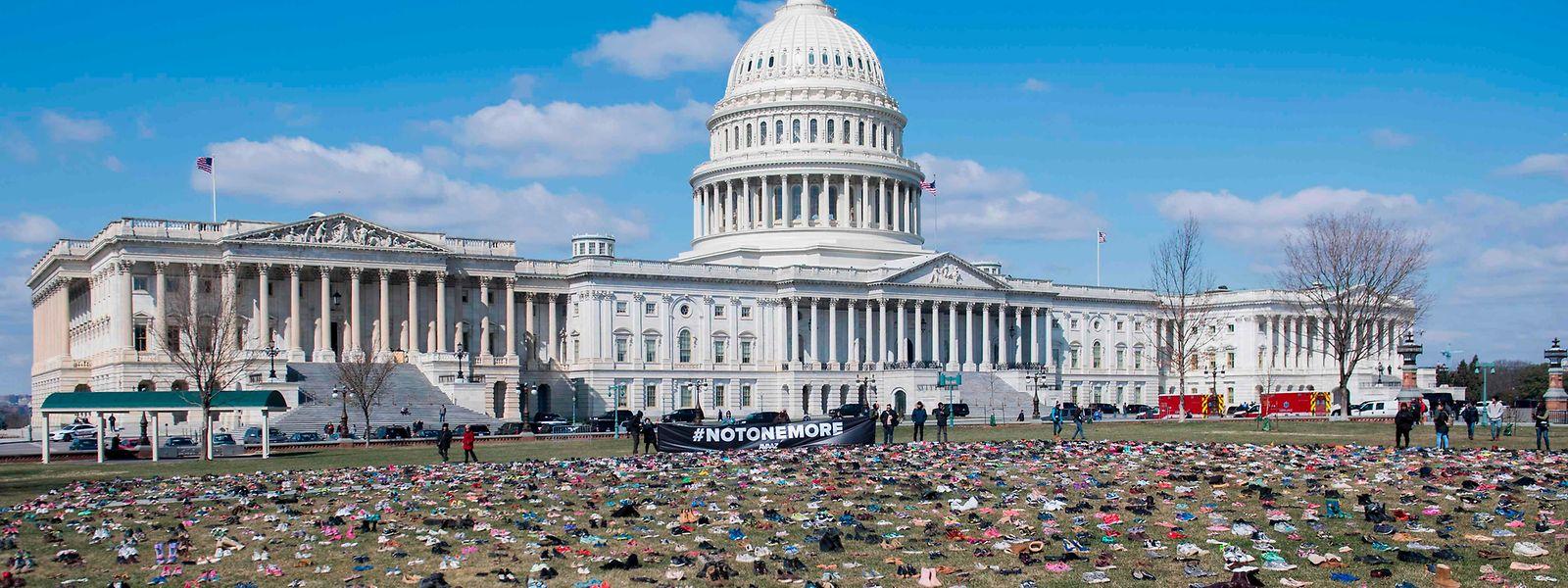 Der Rasen rund um das US-Kongressgebäude in Washington wurde mit Schuhen verziert. Der Grund: Es soll ein Protest gegen die verbreitete Waffengewalt in den USA sein.