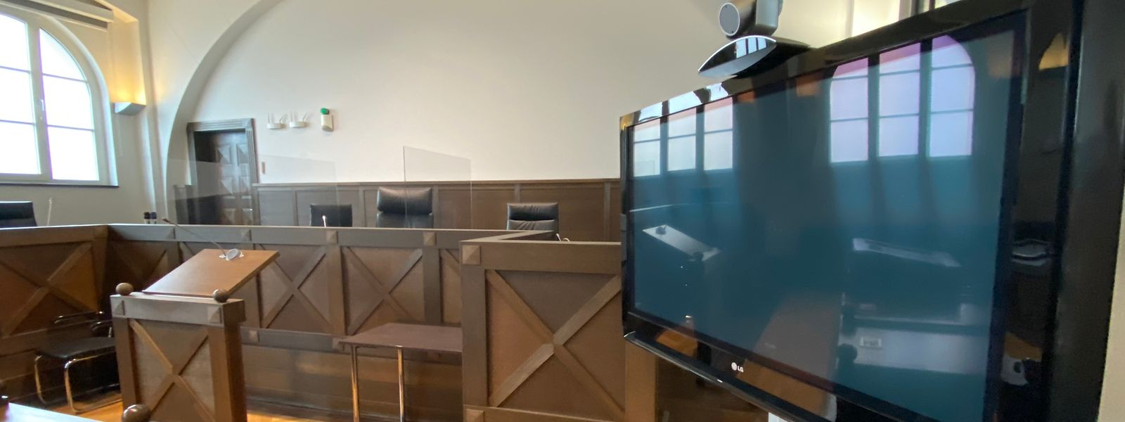 Im Gerichtssaal war der Zeuge auf diesem Bildschirm zu sehen. Er selbst sah nur die Richterin.