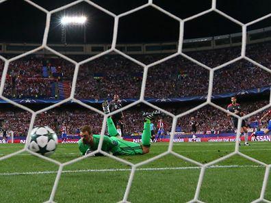 Carrasco trompe Neuer et envoie l'Atletico seul en tête de son groupe.