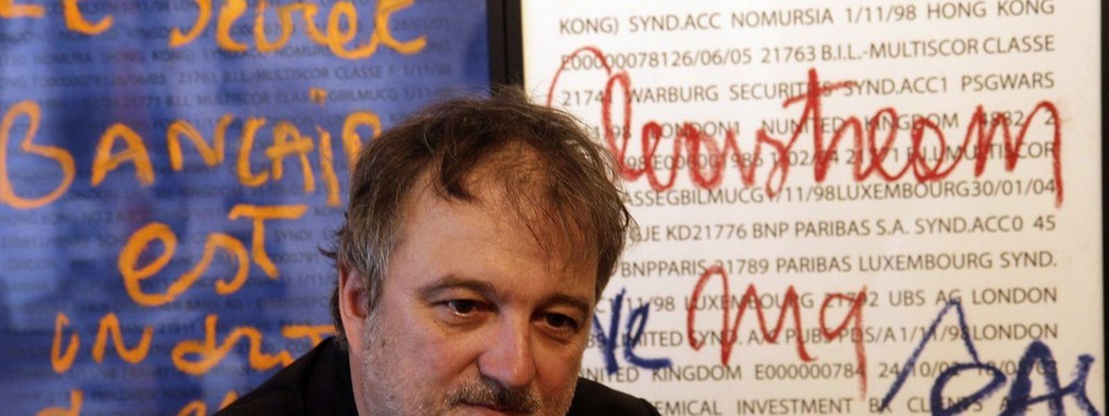 Denis Robert, ein kreativer Tausendsassa: Journalist, Schriftsteller, Essayist, Regisseur und Künstler. Hier auf einem Bild aus dem Jahr 2011 bei der Eröffnung einer Ausstellung seiner Kunstwerke über die okkulte Finanzwelt in Luxemburg.