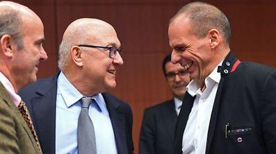 O ministro das Finanças grego, Yanis Varoufakis (à direita), com os seus homólogos francês e espanhol, Michel Sapin (centro) e Luis de Guindos Jurado (esquerda), durante a reunião do Eurogrupo, na sexta-feira, 20 de Fevereiro, em Bruxelas