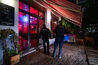 14.10.2020, Berlin: Zwei Polizisten kontrollieren im Stadtteil Friedrichshain die Einhaltung der Sperrstunde. Wegen der Corona-Pandemie gelten eine nächtliche Sperrstunde und strengere Kontaktverbote für drinnen und draußen. Die meisten Geschäfte sowie alle Restaurants und Bars müssen von 23.00 Uhr bis 06.00 Uhr schließen. Foto: Christophe Gateau/dpa +++ dpa-Bildfunk +++