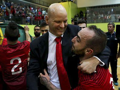 Ricardinho e Jorge Braz celebram a vitória da selecção portuguesa