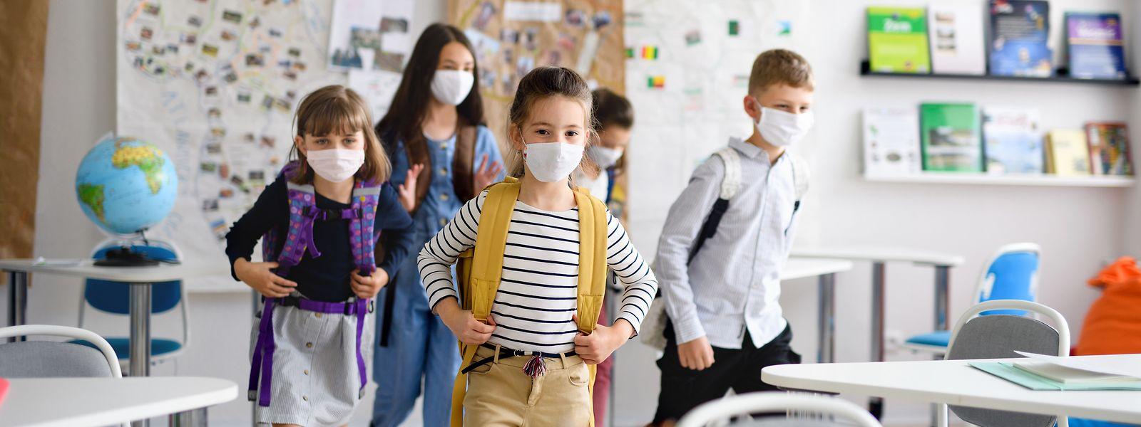 In den Klassensälen müssen die Schüler die Masken tragen, wenn der Mindestabstand nicht garantiert werden kann.