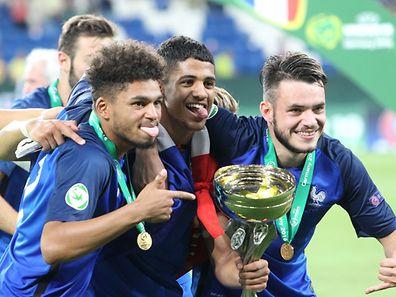 So sehen Sieger aus: Denis Will Poha, Ludovic Blas und Jérémy Gelin (v. l.) mit dem Pokal.