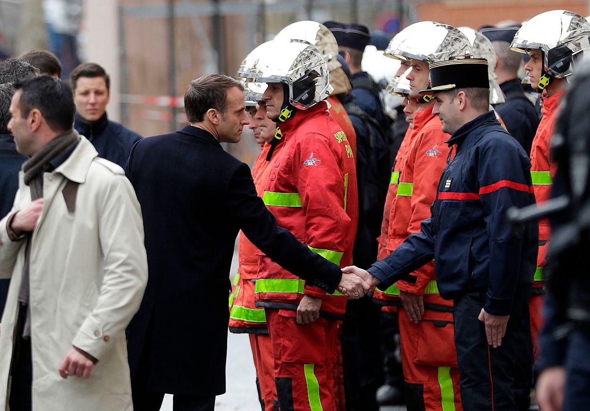Emmanuel Macron unterstützte nach seiner Rückkehr aus Argentinien die Rettungs- und Sicherheitskräfte - das kam nicht überall gut an..