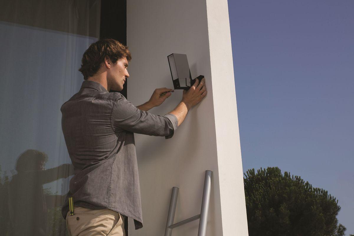 Wer Kameras wie die Netatmo Presence zur Überwachung außen am Haus anbringt, muss wissen: Sie dürfen in der Regel nur das eigene Grundstück filmen.