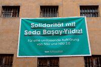 """""""Solidarität mit Seda Basay-Yildiz ! Für eine umfassende Aufklärung von NSU und NSU 2.0"""" steht auf einem Plakat an der Fassade des ehemaligen Gefängnisses in der Klapperfeldstraße."""
