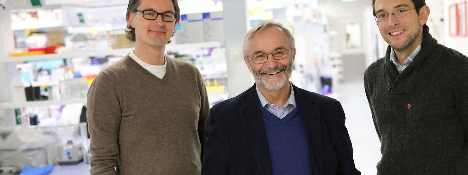 Le professeur Rudi Balling (au centre), coordinateur du vaste projet européen, entouré par le professeur Jens Schwamborn (à gauche), et le docteur Ronan Fleming (à droite).