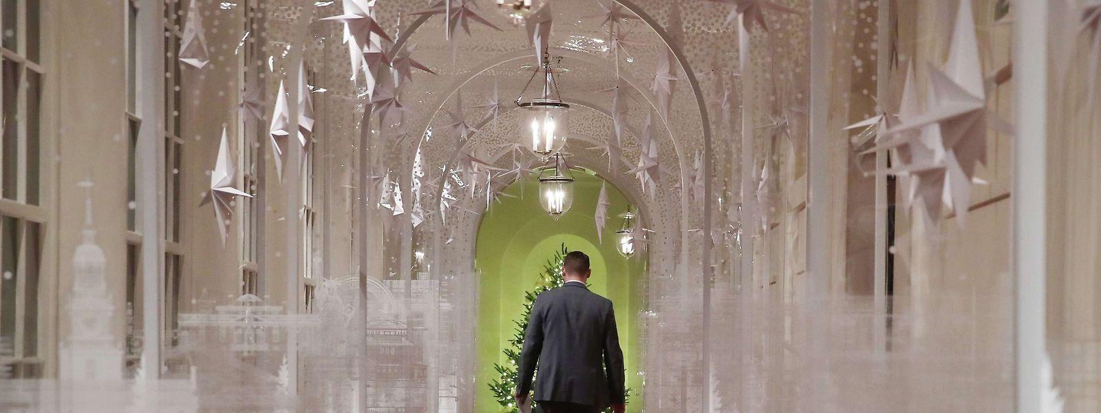 Ein Gang im Weißen Haus wurde über und über mit weißen Sternen dekoriert.