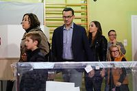 Frontrunner and Polish Prime Minister Mateusz Morawiecki (C) of Poland's ruling Law and Justice (PiS) party arrives  with his family at a polling station in Warsaw, Poland, during the parliamentary elections on October 13, 2019. - Poles are voting in parliamentary elections on October 13, 2019 with the ruling, conservative Law and Justice party set to win their second term since 2015. (Photo by Jaap Arriens / AFP)