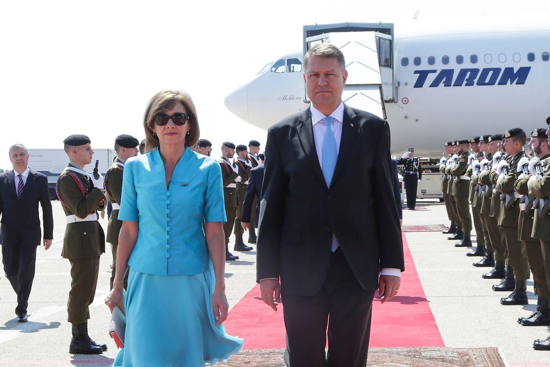 Klaus Johannis ist am Montagmorgen auf dem Flughafen Findel in Begleitung seiner Frau Carmen gelandet.