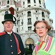 """ARCHIV - 21.06.1997, Frankreich, Nizza: Jeanne Augier, die Besitzerin des Hotel-Palast """"Negresco"""" steht zusammen mit einem Hotelpagen vor ihrem Hotel. Augier ist im Alter von 95 Jahren gestorben. Das Hotel bestätigte der Deutschen Presse-Agentur am 08.01.2019 den Tod seiner langjährigen Chefin. (zu dpa """"Eigentümerin des Hotels «Negresco» mit 95 in Nizza gestorben"""" vom 08.01.2019) Foto: Patrick Hertzog/epa/dpa +++ dpa-Bildfunk +++"""