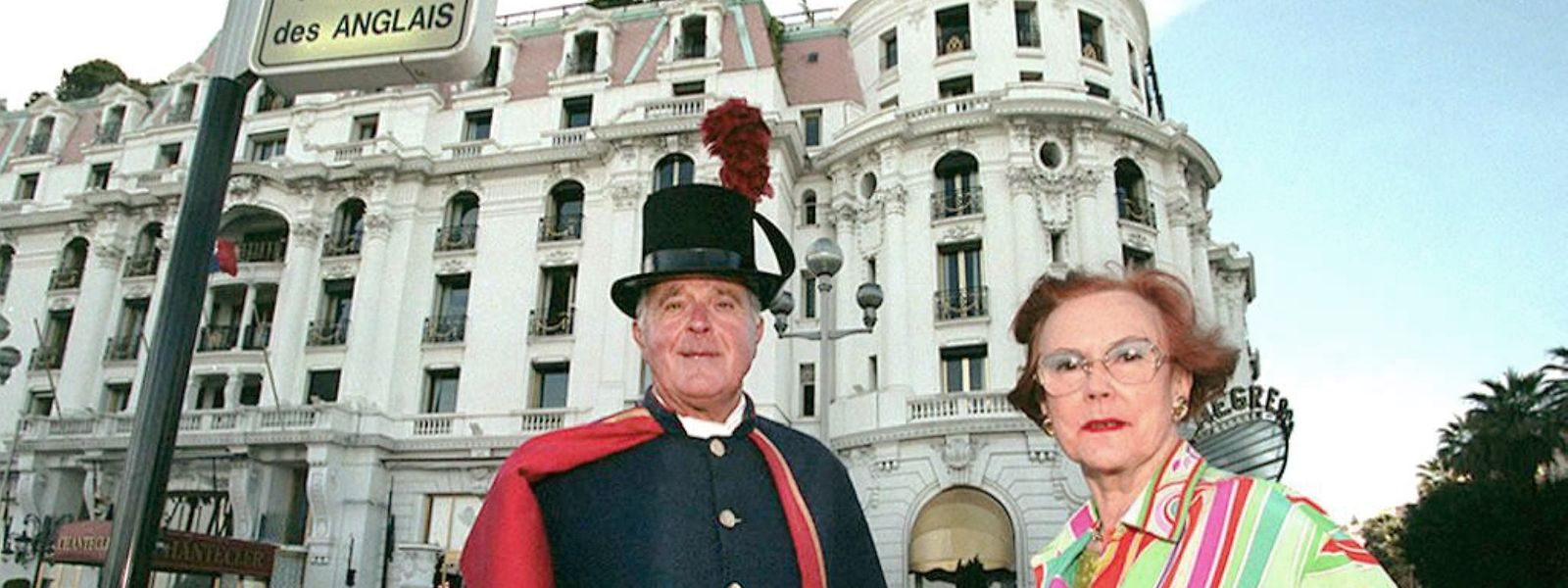 """1997: Jeanne Augier, die Besitzerin des Hotel-Palasts """"Negresco"""" steht zusammen mit einem Hotelpagen vor ihrem Hotel."""
