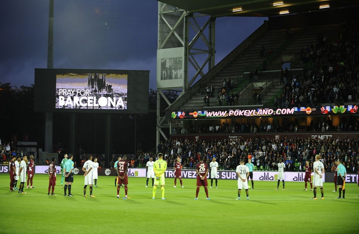 Une minute de silence en mémoire des victimes de Barcelone.