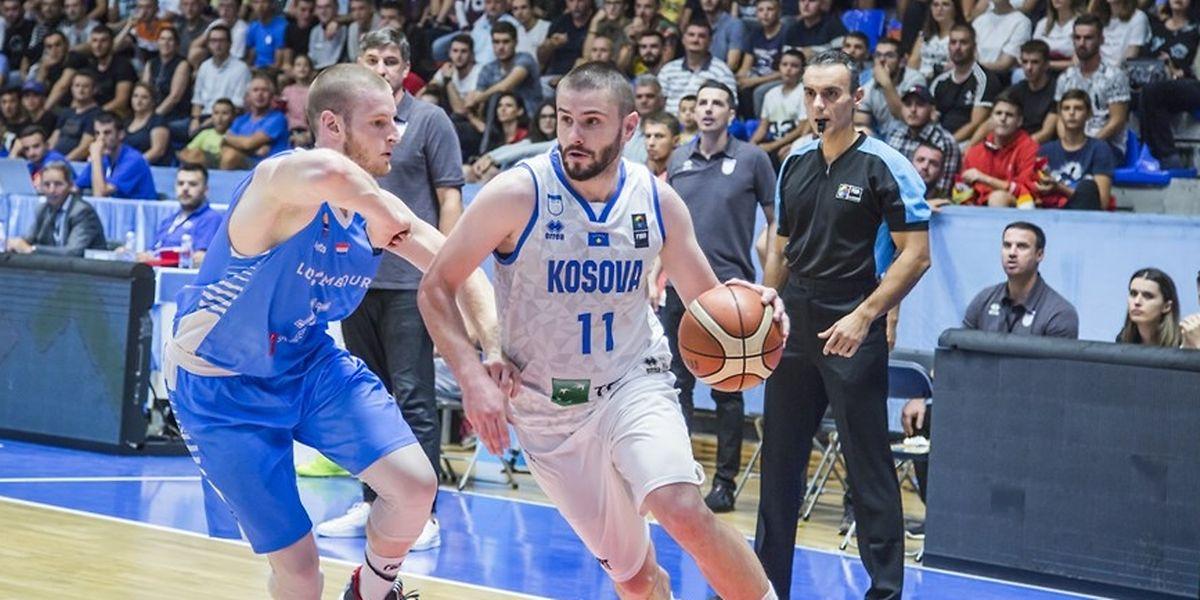 Alex Laurent (l.) und die Luxemburger konnten Kosovos Dardan Berisha nicht aufhalten.