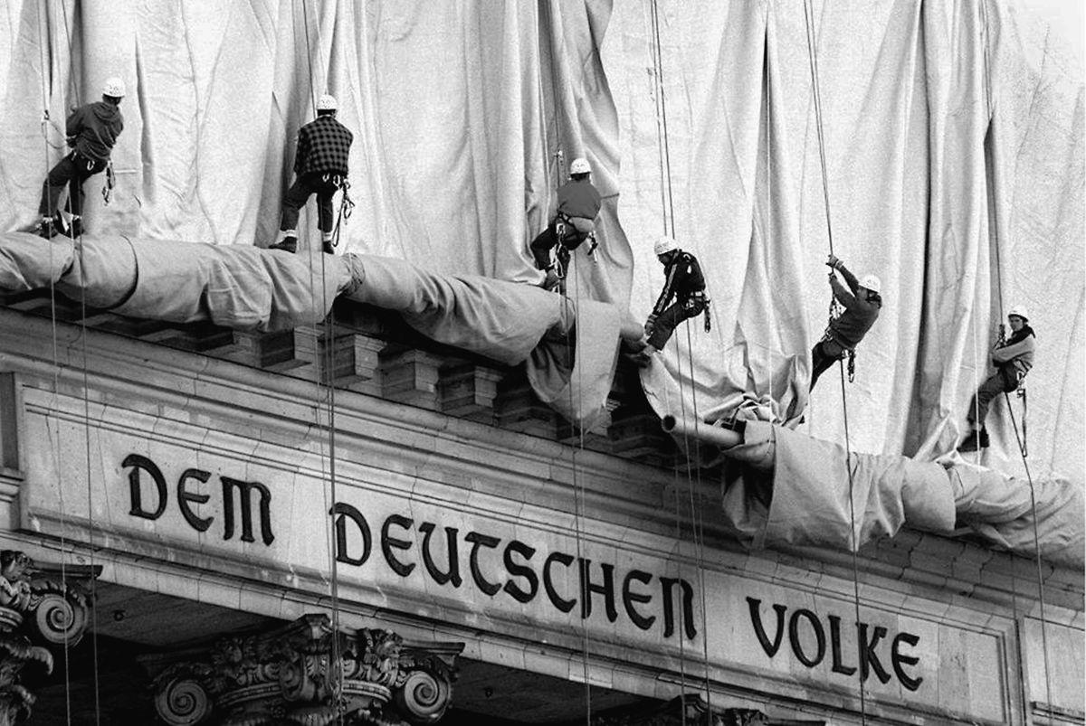 90 Gewerbekletterer und 120 Montagearbeiter verhüllten – nach Entwürfen von Jean-Claude und Christo, die das Projekt selbst finanzierten – den Reichstag mit 100000 Quadratmetern dickem Polypropylengewebe, dem eine Aluminiumbeschichtung den silbernen Glanz verlieh.
