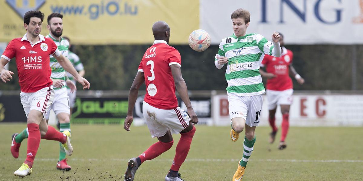 Denis Stumpf se joue d'Inacio Cabral, Hostert a écarté le RM Hamm Benfica sur le score sans appel de 5-0.