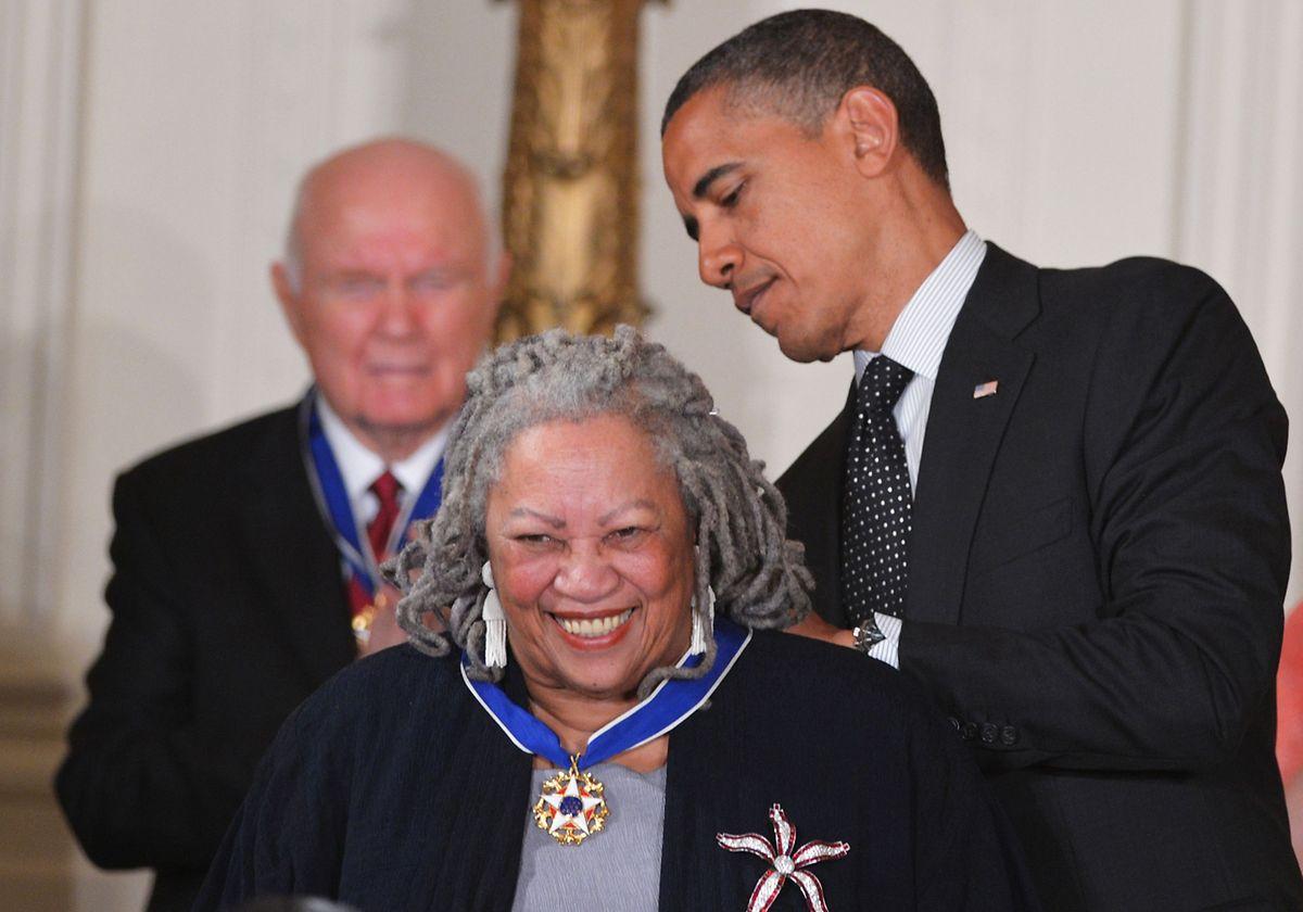En mai 2012, Barack Obama remettait la Presidential Medal of Freedom à l'écrivain Toni Morrison.