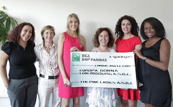 The Pink Ladies donate a cheque for 5,000 euros to Europa Donna