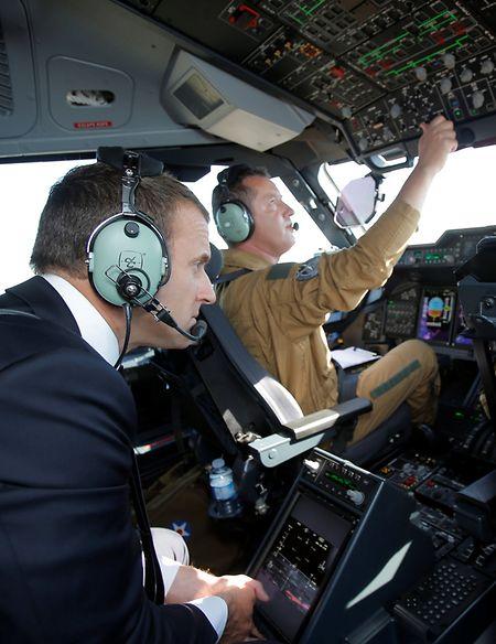 Im Cockpit einer A400M machte Frankreichs Präsident Emmanuel Macron den Abstecher zum Salon in Le Bourget.