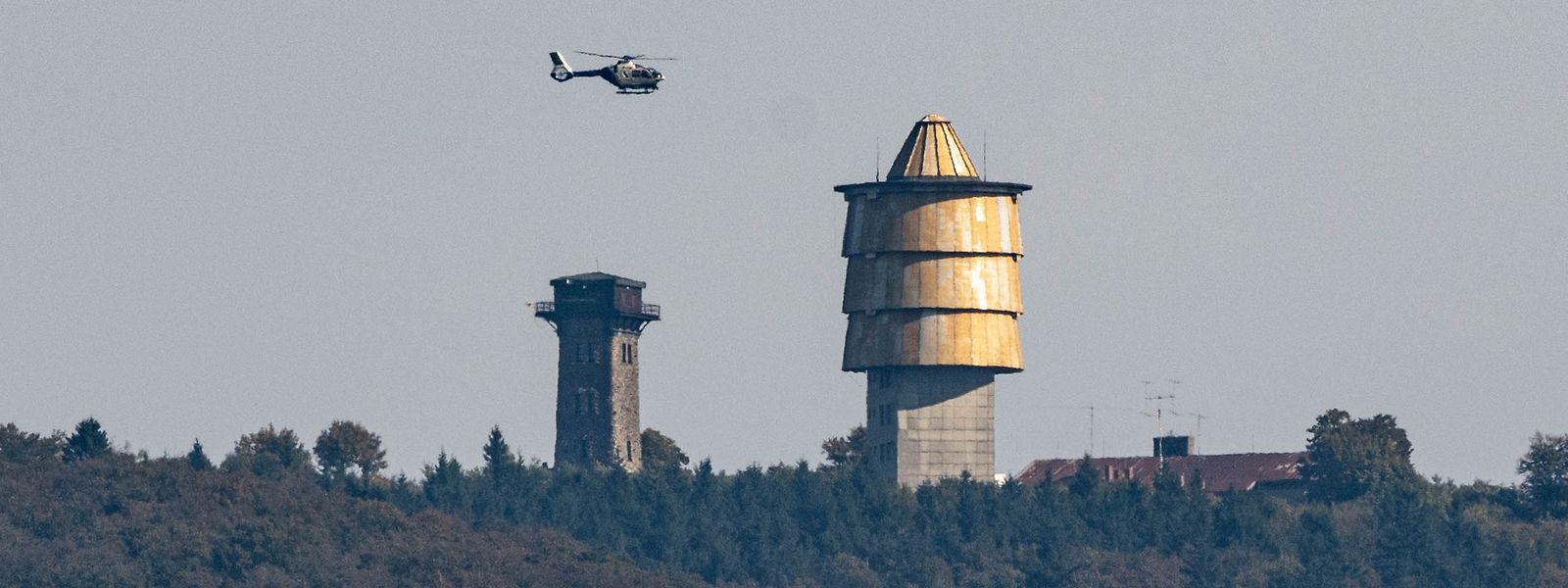 Mit einem Hubschrauber wird am tschechischen Berg Cerchov nach dem Kind gesucht.
