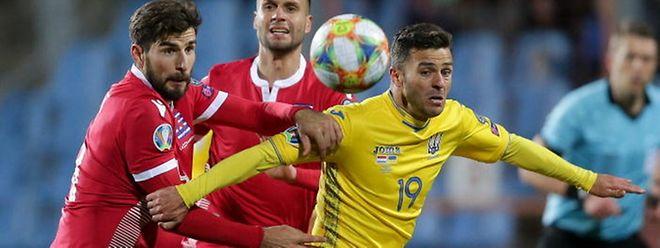 Junior Moraes (en jaune, n°19), ici aux prises avec le défenseur luxembourgeois Kevin Malget, est au centre d'un drôle d'imbroglio entre l'UEFA et les fédérations ukrainienne, luxembourgeoise et portugaise