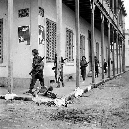 1956 französische und britische Soldaten patroullieren durch die Straßen von Port-Said während der Suez-Krise.
