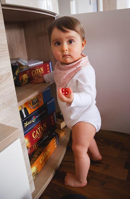 Die Wohnung als großer Spielplatz: Schubladen und Schränke, die scharfe oder kleinteilige Gegenstände enthalten, sollten unbedingt gesichert werden.