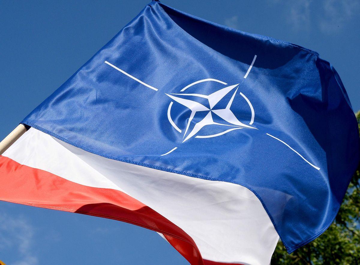 Polische Fahnen und Nato-Flaggen schmücken die Hauptverkehrsadern Moskaus.
