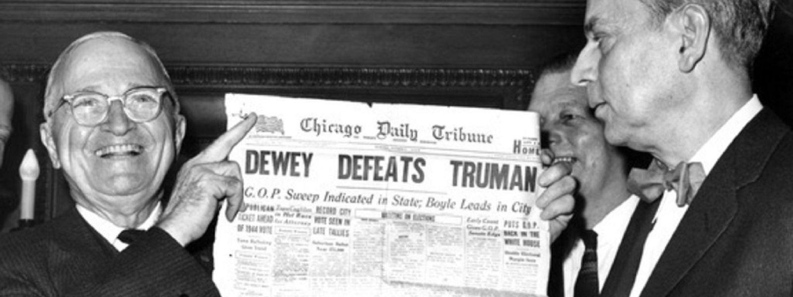 """Zeitungsente: Der Wahlsieger Harry Truman mit der Schlagzeile der """"Chicago"""" Tribune, die genau das Gegenteil aussagt."""