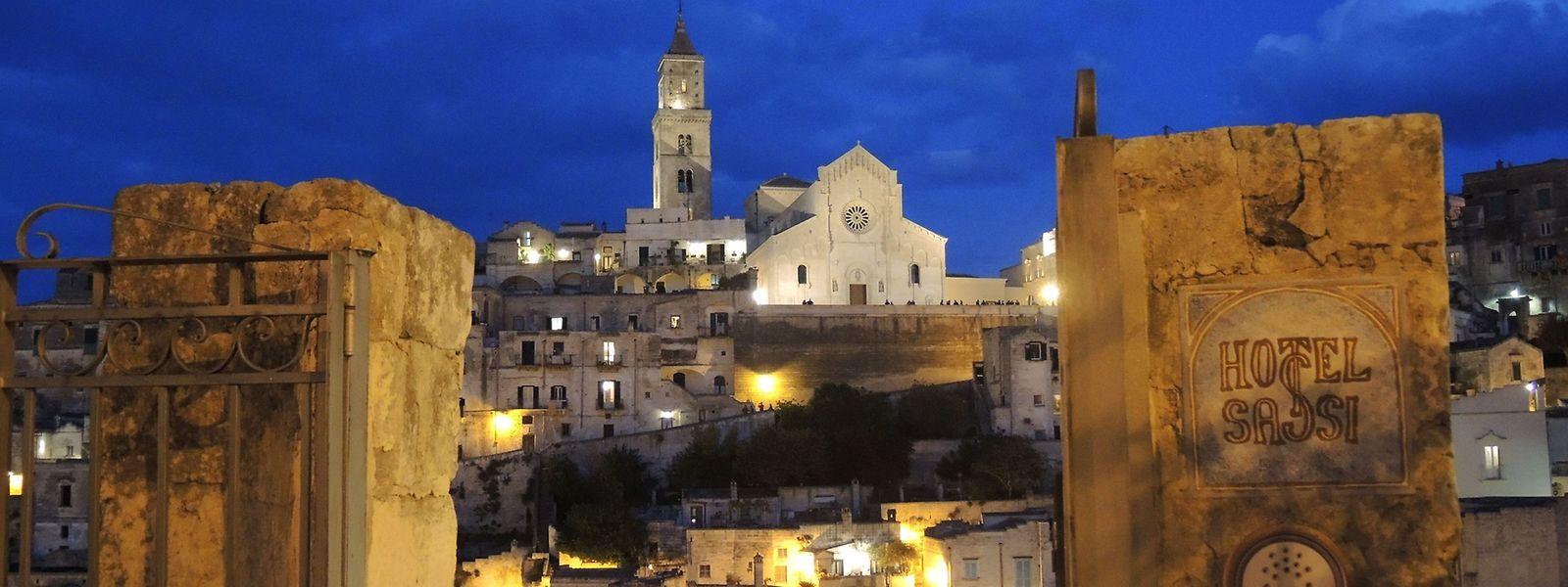 Blick auf die beleuchtete Altstadt von Matera: Die Stadt ist nicht einfach zu erreichen, hat aber viel zu bieten.
