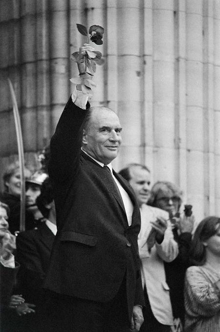 Un moment historique: François Mitterrand, rose à la main, au Panthéon, le jour de son intronisation.